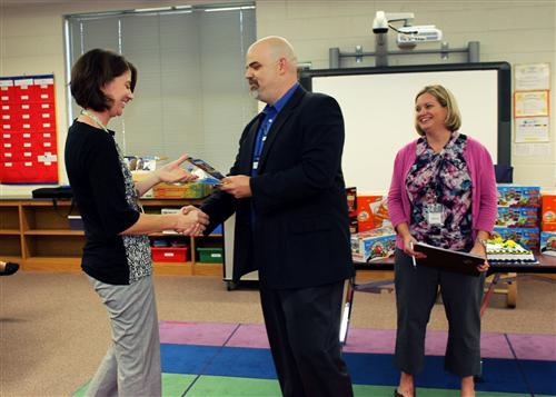 20 Union Elementary teachers each surprised with $50 gift cards